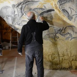 La grotte Chauvet vue par ses copistes la grotte chauvet La grotte Chauvet vue par ses copistes atelier de gilles tosello a toulouse carole fritz1 72dpi 267x267